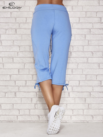 Jasnoniebieskie spodnie dresowe capri z kieszonką                                  zdj.                                  2