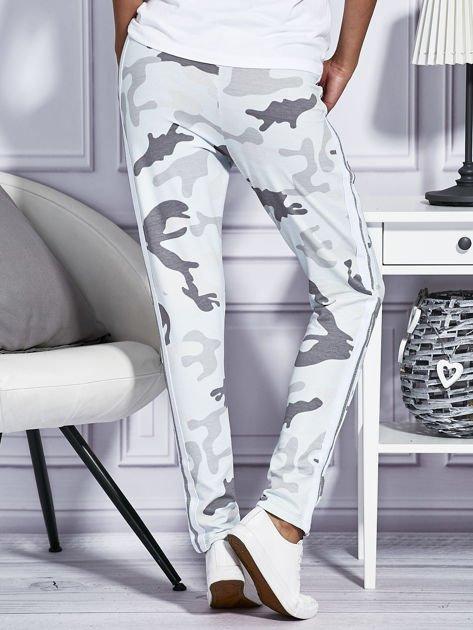 Jasnoniebieskie spodnie dresowe moro                              zdj.                              2