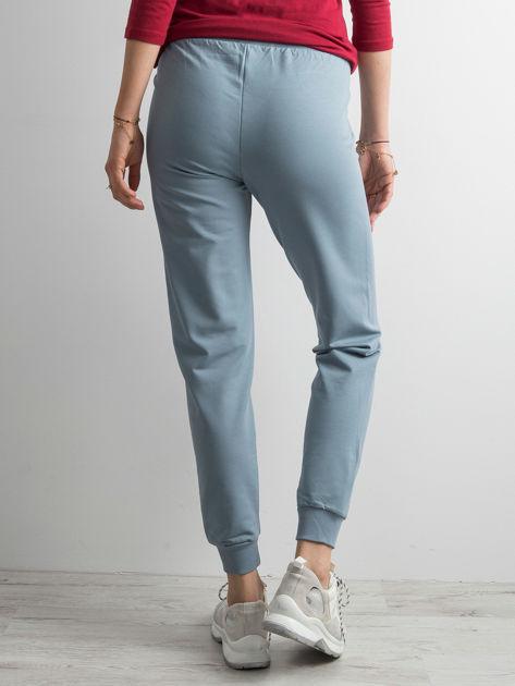 Jasnoniebieskie spodnie dresowe z troczkami                              zdj.                              2