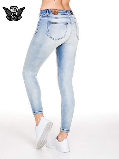 Jasnoniebieskie spodnie jeansowe rurki z cieniowaniem                                  zdj.                                  2