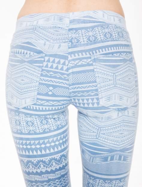 Jasnoniebieskie spodnie jeansowe typu jegginsy w azteckie wzory                              zdj.                              5