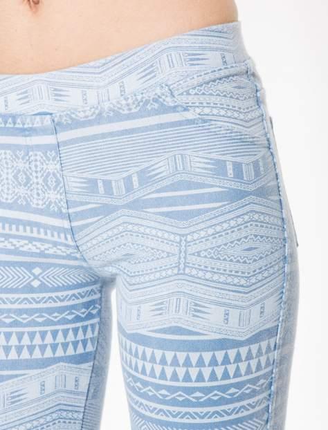 Jasnoniebieskie spodnie jeansowe typu jegginsy w azteckie wzory                                  zdj.                                  7