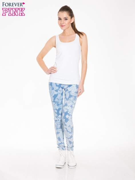 Jasnoniebieskie spodnie jeansowe typu jegginsy w kwiaty                                  zdj.                                  2