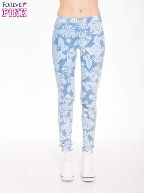 Jasnoniebieskie spodnie jeansowe typu jegginsy w kwiaty                                  zdj.                                  1