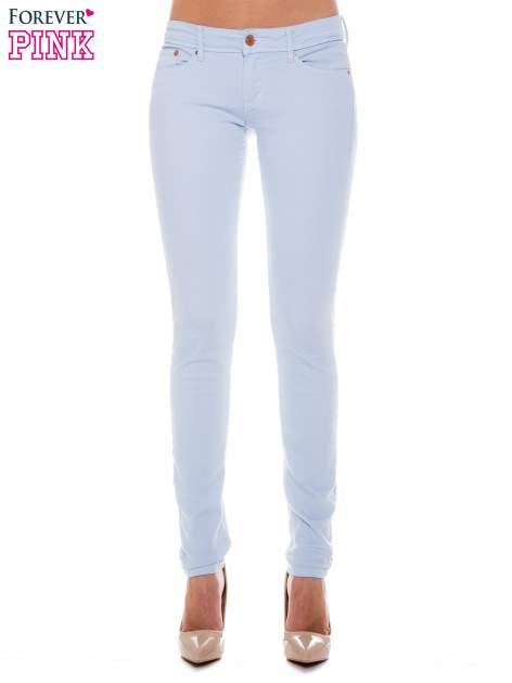 Jasnoniebieskie spodnie jeansowe typu rurki