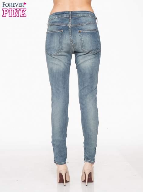 Jasnoniebieskie spodnie jeansowe typu rurki z cieniowaniem                                  zdj.                                  4