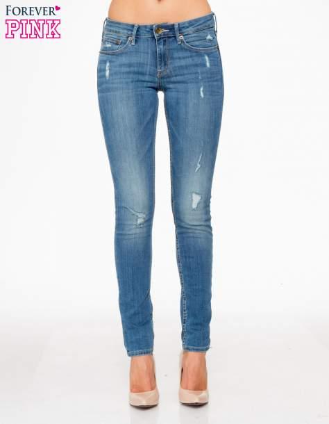 Jasnoniebieskie spodnie jeansowe z przetarciami                                  zdj.                                  1