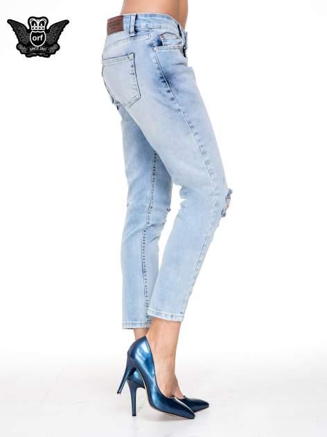 Jasnoniebieskie spodnie jeasnowe o prostej nogawce z rocięciem na kolanie                                  zdj.                                  3