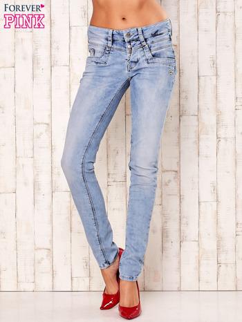 Jasnoniebieskie spodnie regular jeans z naszywką gwiazdki                                  zdj.                                  1