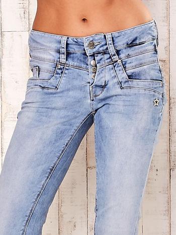 Jasnoniebieskie spodnie regular jeans z naszywką gwiazdki                                  zdj.                                  4