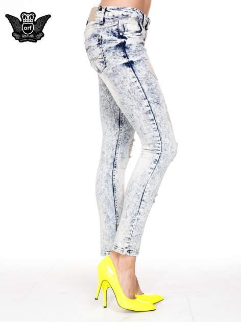 Jasnoniebieskie spodnie skinny jeans z dekatyzowaniem i przetarciami                                  zdj.                                  3