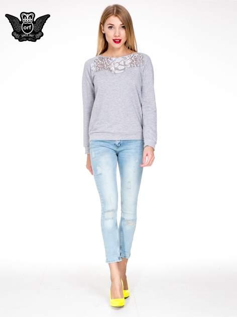Jasnoniebieskie spodnie skinny jeans z rozdarciami na kolanie                                  zdj.                                  2