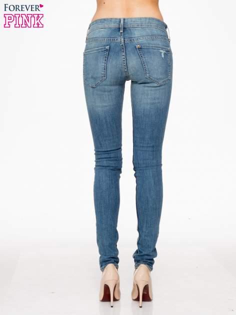 Jasnoniebieskie spodnie typu skinny jeans z przetarciami                                  zdj.                                  4