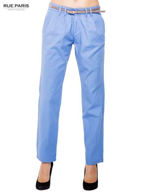 Jasnoniebieskie spodnie z paskiem z lakierowanej skóry