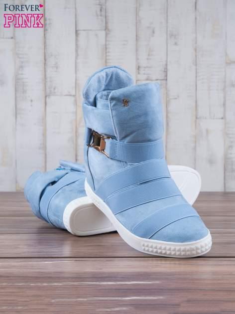Jasnoniebieskie zamszowe sneakersy bandage z klamerką Lucky                                  zdj.                                  4
