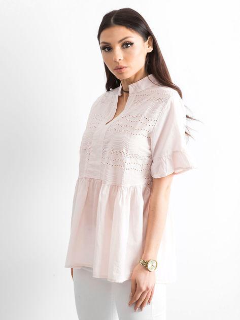 Jasnoróżowa ażurowa bluzka z falbanami na rękawach                              zdj.                              3