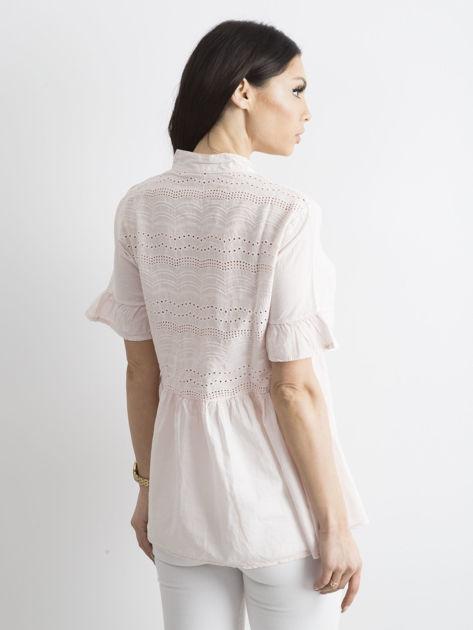 Jasnoróżowa ażurowa bluzka z falbanami na rękawach                              zdj.                              2