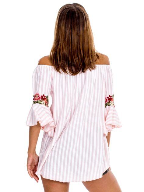 Jasnoróżowa bluzka hiszpanka w paski z kwiatowymi wstawkami                              zdj.                              2