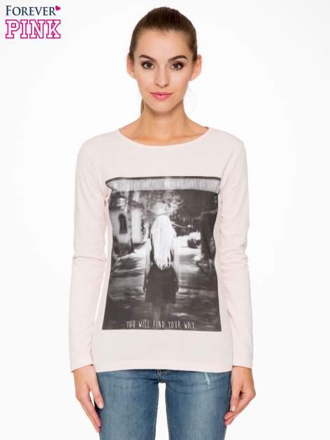 Jasnoróżowa bluzka z fotografią dziewczyny                                  zdj.                                  1