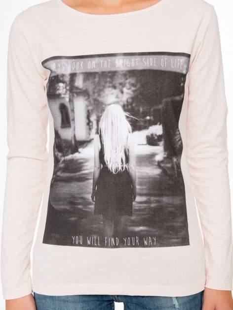 Jasnoróżowa bluzka z fotografią dziewczyny                                  zdj.                                  8