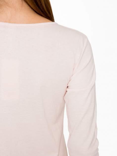 Jasnoróżowa bluzka z fotografią dziewczyny                                  zdj.                                  9