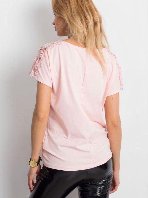 Jasnoróżowa bluzka z koronkową kieszonką                              zdj.                              2
