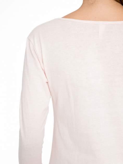Jasnoróżowa bluzka z nadrukiem fashion i napisem MORE COLOUR                                  zdj.                                  9