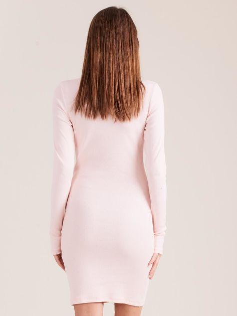 Jasnoróżowa dopasowana sukienka z półgolfem                              zdj.                              2