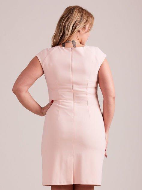 Jasnoróżowa elegancka sukienka z marszczeniem PLUS SIZE                              zdj.                              3
