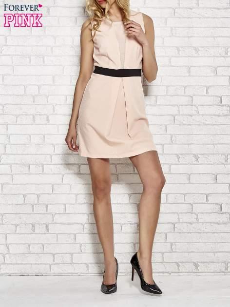 Jasnoróżowa fakturowana sukienka z podreśloną talią                                  zdj.                                  2
