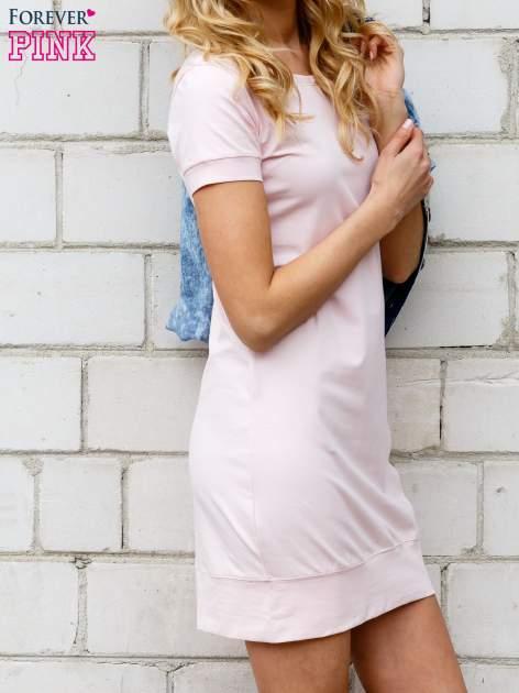 Jasnoróżowa gładka sukienka ze ściągaczem na dole                                  zdj.                                  2