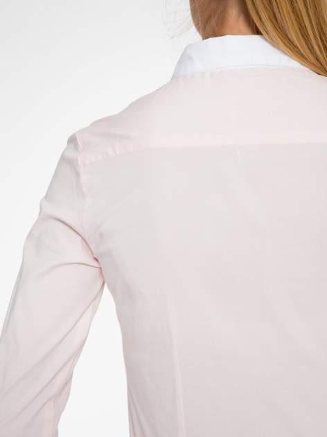 Jasnoróżowa koszula z białym kołnierzykiem i mankietami                                  zdj.                                  7