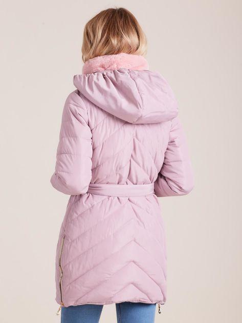Jasnoróżowa pikowana kurtka zimowa z futerkiem                              zdj.                              3