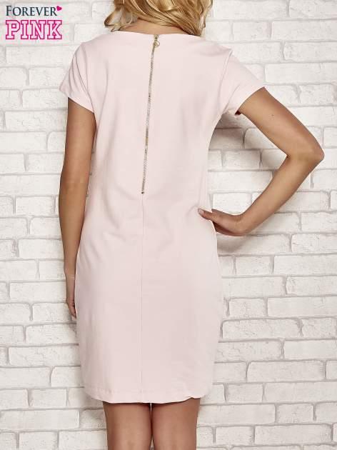 Jasnoróżowa sukienka dresowa o prostym kroju                                  zdj.                                  4