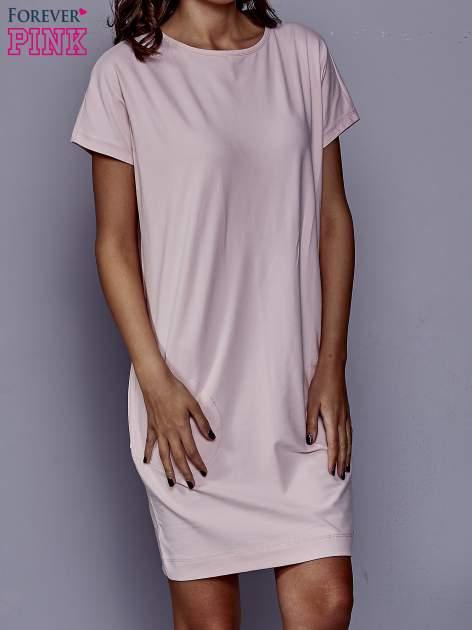 Jasnoróżowa sukienka dresowa z kieszeniami po bokach                                  zdj.                                  1