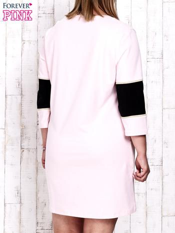 Jasnoróżowa sukienka dresowa z napisem DÉJÀ VU PLUS SIZE                                  zdj.                                  4