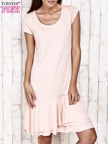 Jasnoróżowa sukienka dresowa z ozdobną falbaną                                  zdj.                                  1