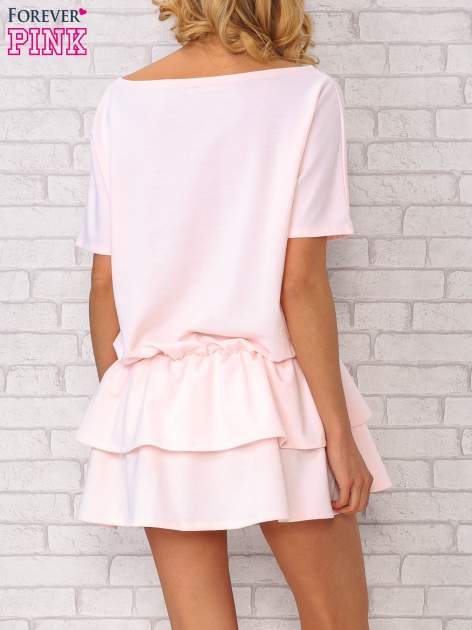 Jasnoróżowa sukienka dresowa z podwójną falbaną                                  zdj.                                  4