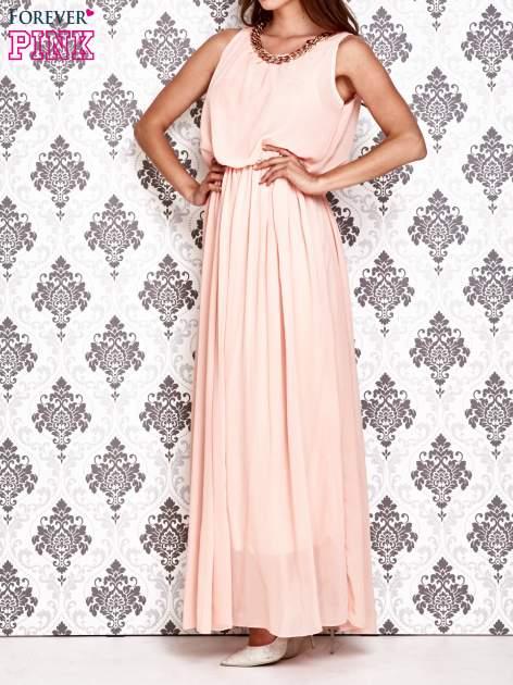 Jasnoróżowa sukienka maxi z łańcuchem przy dekolcie                                  zdj.                                  3