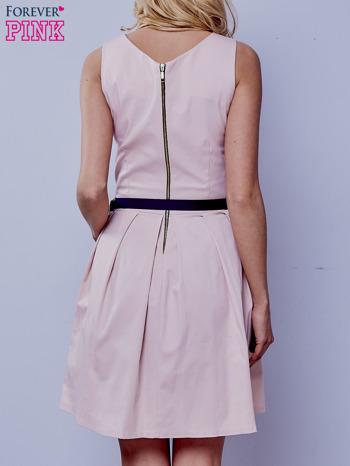 Jasnoróżowa sukienka retro z paskiem                                   zdj.                                  3