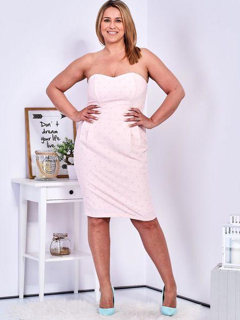 Jasnoróżowa sukienka w drobne wypukłe wzory PLUS SIZE                              zdj.                              5