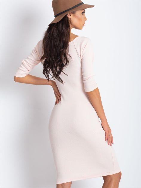 Jasnoróżowa sukienka w prążek z wycięciami                              zdj.                              3
