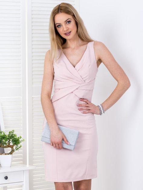 Jasnoróżowa sukienka z drapowaniami przy dekolcie                              zdj.                              1