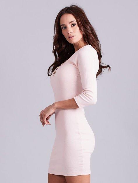Jasnoróżowa sukienka z ozdobnymi kółeczkami przy dekolcie                              zdj.                              3