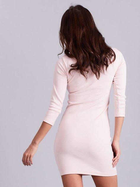 Jasnoróżowa sukienka z ozdobnymi kółeczkami przy dekolcie                              zdj.                              4