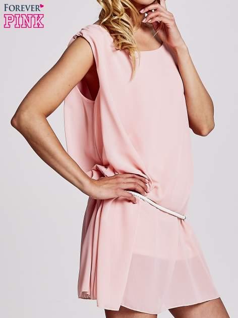 Jasnoróżowa sukienka z paskiem z frędzlami                                  zdj.                                  3