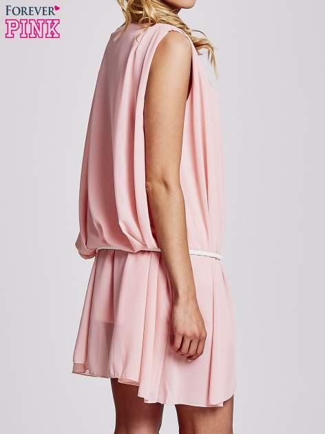 Jasnoróżowa sukienka z paskiem z frędzlami                                  zdj.                                  4