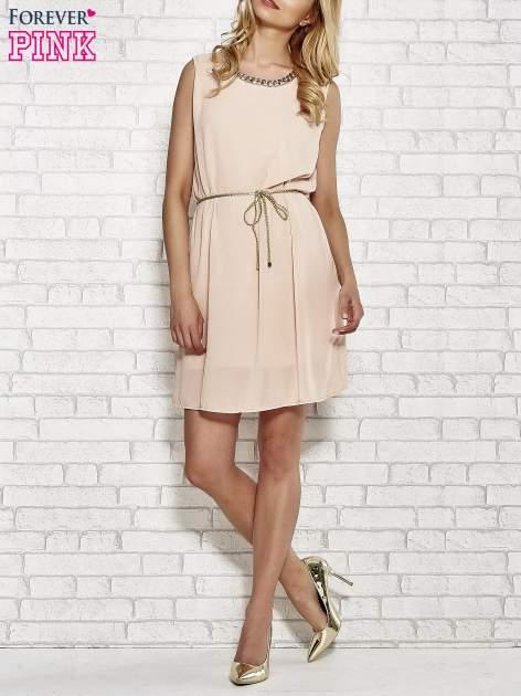 Jasnoróżowa sukienka ze złotym łańcuszkiem przy dekolcie                                  zdj.                                  2