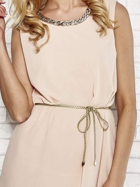 Jasnoróżowa sukienka ze złotym łańcuszkiem przy dekolcie                                  zdj.                                  5