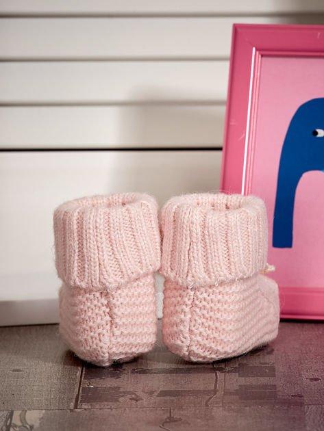 Jasnoróżowe dziergane miękkie buciki dziewczęce z diamencikami                              zdj.                              3